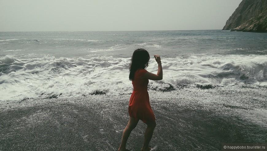 В один из дней море сильно штормило, купаться было опасно, пляж сильно размыло, а в небе была дымка