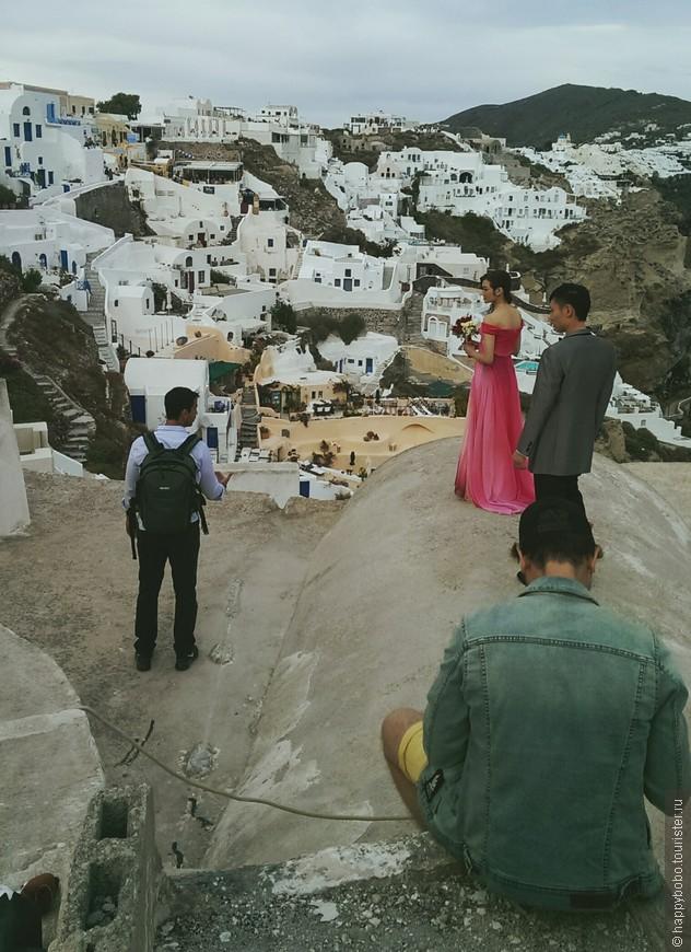 Нам рассказали, что почти каждая китаянка мечтает выйти замуж на Санторини. И их там очень много, фотосессии на каждом шагу.