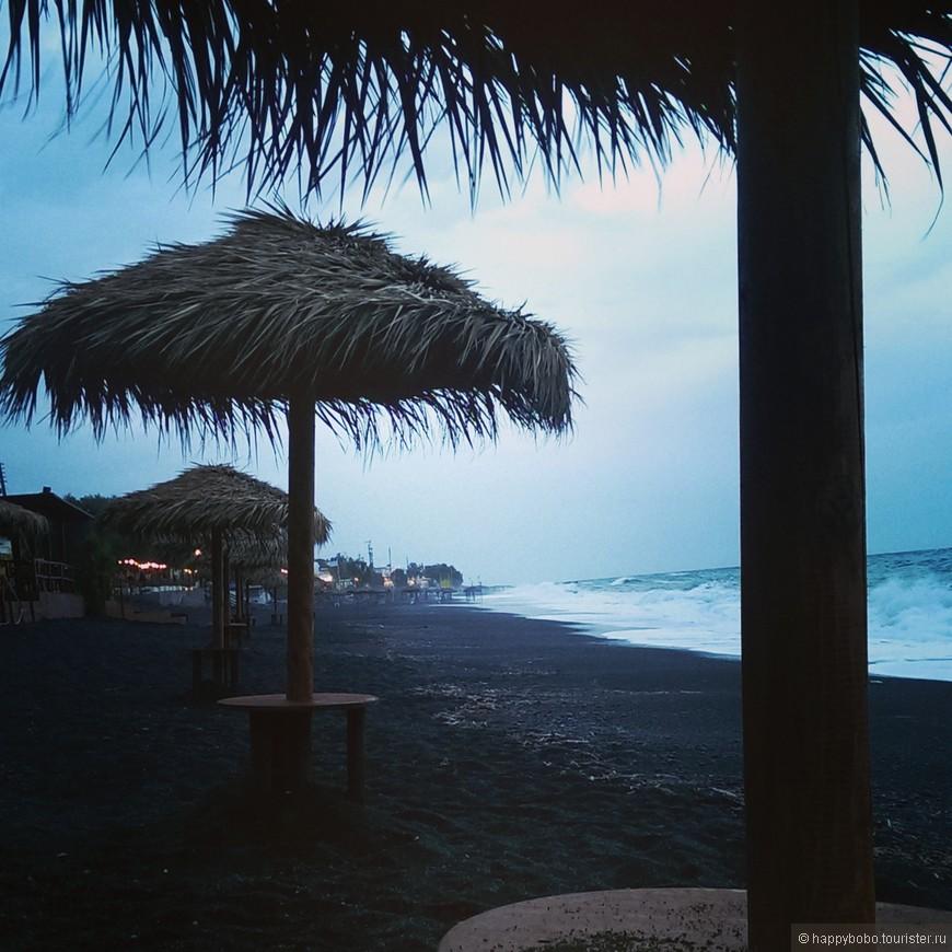 вечерний пляж в Камари во время шторма