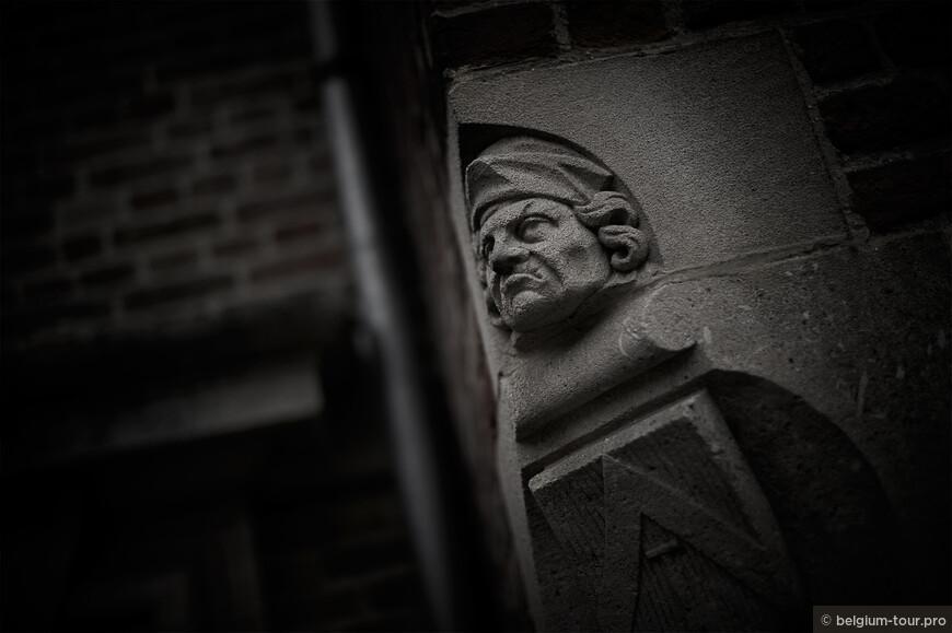 Детали фасада на площади Huidvettersplein