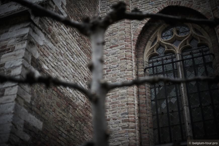 Детали фасады церкви Богоматери