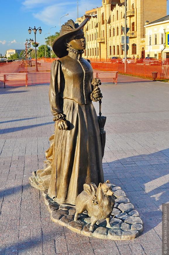 19. На набережной располагаются скульптуры и фонтаны. Дама с собачкой (2012 год, создана она в мастерской московских художников «Альтаир»).