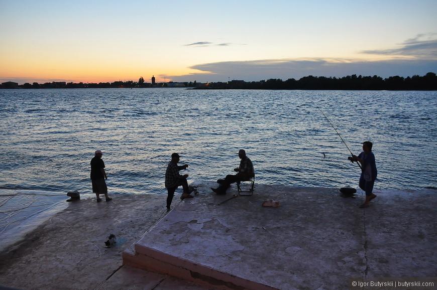22. Рыбаки на набережной. Закат.