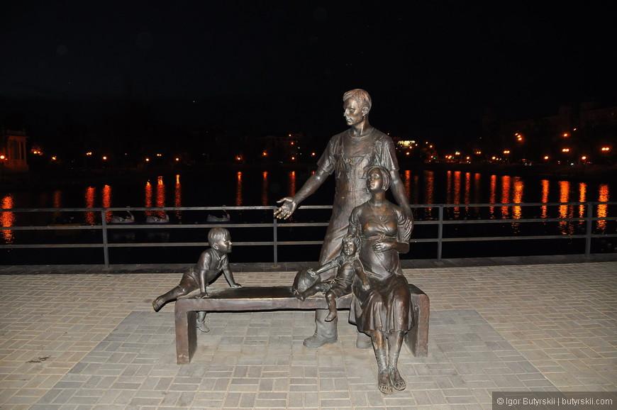23. Скульптура «Семья» (2013 год, автор композиции — Андрей Ковальчук).