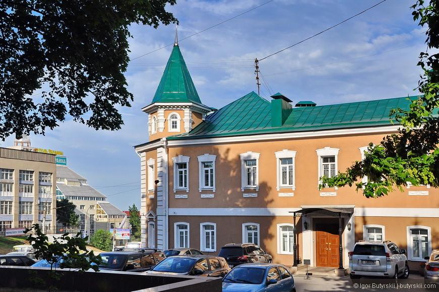 05. В архитектуре Воронежа часто встречаются здания со шпилями. При проезде по мостам это сразу бросается в глаза.