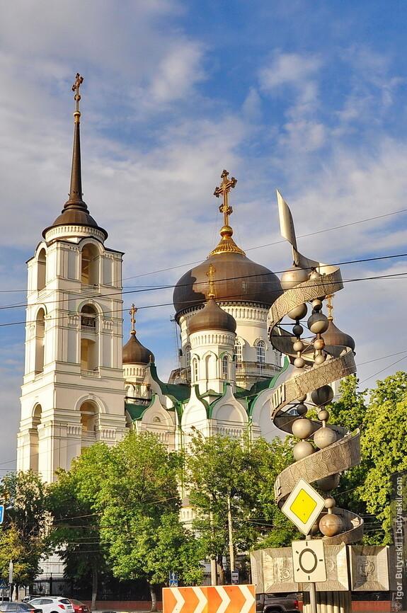 """10. Монумент """"Слава советской науке"""" с изображенной молекулой ДНК располагается прямо напротив собора. Очень по-русски."""