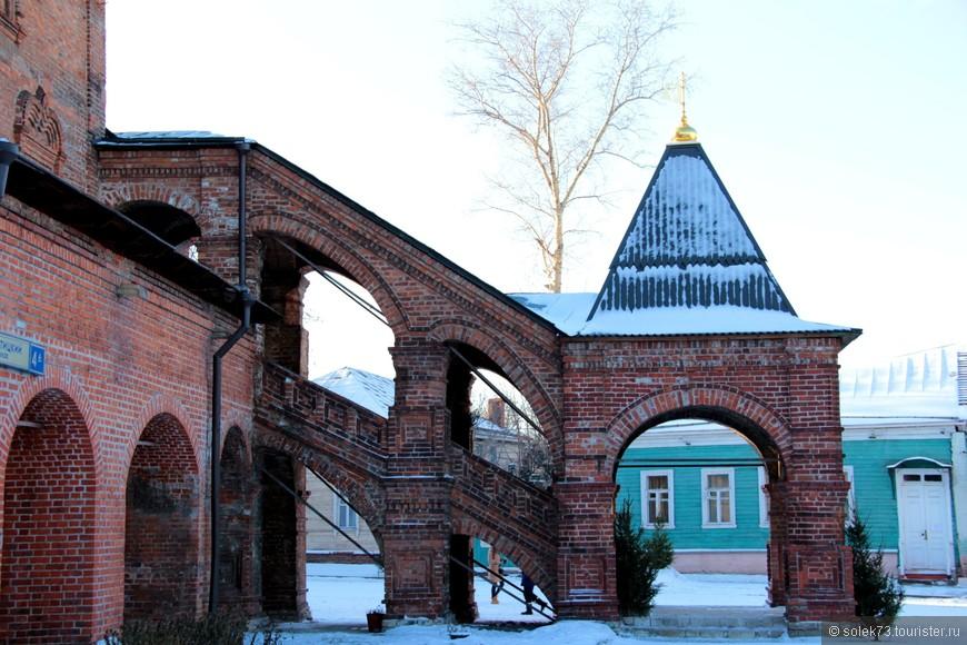 Церковь Успения известна в этой местности с XIV века. С стороны к храму примыкает шатровая колокольня «о шести пролетах». Ко входу в притвор ведет крытая лестница на столбах.