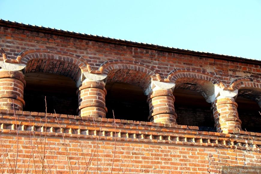 Крытые переходы соединяют Успенский собор с Теремком и с Митрополичьими палатами.