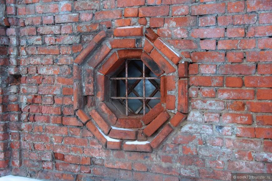 Красный постаревший кирпич  придаёт особое ,уникальное и неповторимое значение архитектурной постройке....