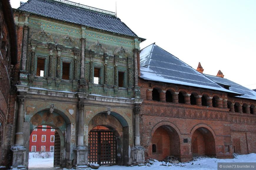 В 1693-1694 гг. был сооружён Крутицкий теремок. По преданию, из окон терема митрополиты благословляли народ, собравшийся на площади, а также раздавали милостыню нищим. Теремок и Святые врата облицованы многоцветными поливными изразцами