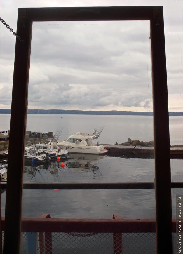 Вид из нашей плавучей гостиницы на Онежское озеро...