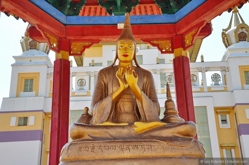 07. Одна из 17-ти статуй учителей буддизма на территории хурула вне здания.