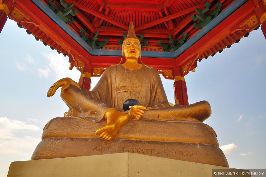 09. Все статуи сидят в разных положениях.