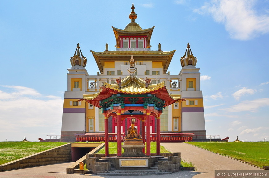 10. Здание хурула имеет 63 метров в высоту и вмещает в себе самую большую в России и Европе девятиметровую статую Будды.