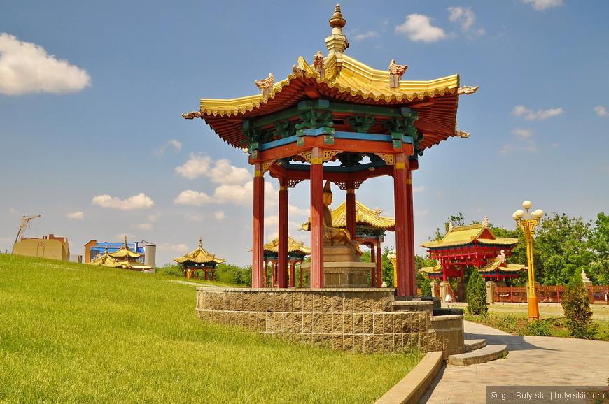 13. Здание хурула окружают 17 пагод со статуями великих буддийских учителей монастыря Наланда.