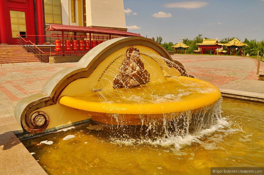 17. Вокруг храма расположено множество фонтанов. Вообще наружное оформление впечатляет.