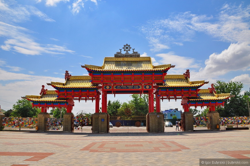 21. Южные ворота являются главными. Всего в ограде храма имеется четыре входа, расположенных по четырём сторонам света.