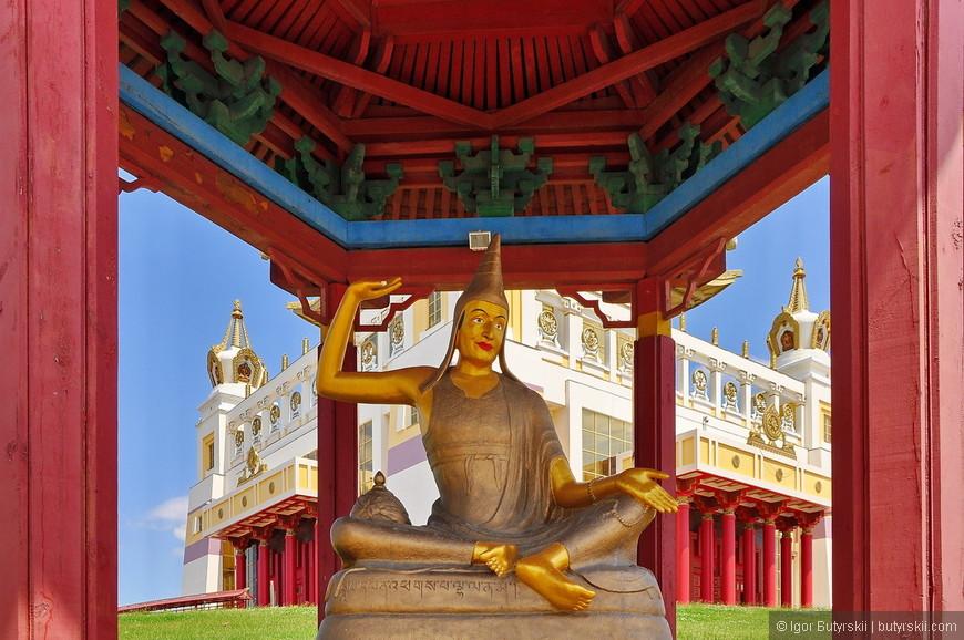 25. Храм находится на холме. Фотографии в солнечный день получаются чистыми.