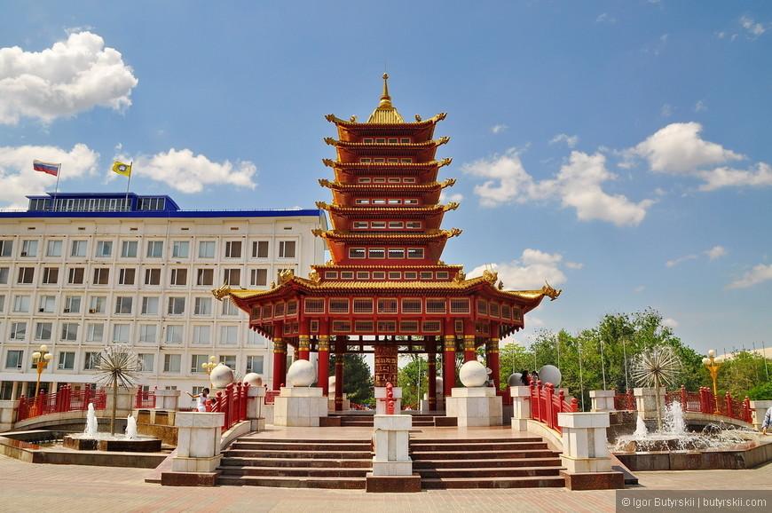 """26. Переместимся в центр города. 15-ти метровая пагода """"Семь дней"""" была открыта в городе в 2005 году, в день национального калмыцкого праздника Зул. Название пагода получила благодаря семи ярусам, символизирующим семь дней недели. К возведению пагоды причастны тибетские ламы из индийского монастыря Гьюдмед. В самом центре расположен медный молитвенный барабан, высотой около 2-х метров, покрытый сусальным золотом. Он призван дарить гармонию и покой жителям города. В него заложено 75 миллионов мантр. По буддистской традиции одно вращения барабана с чистыми помыслами равносильно прочтению всех этих мантр."""