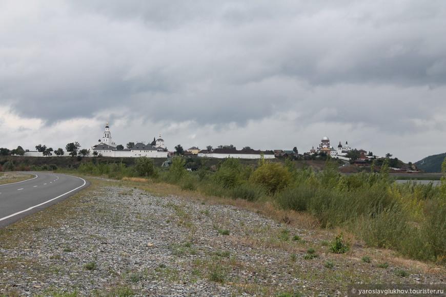 Вид на остров-град Свияжск с автодороги.