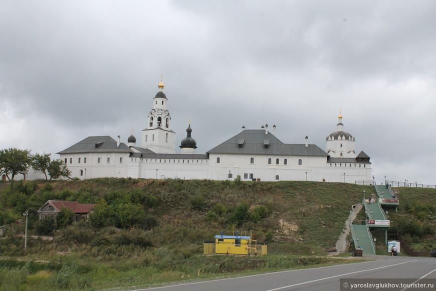 Вид на Успенский монастырь с парковки.