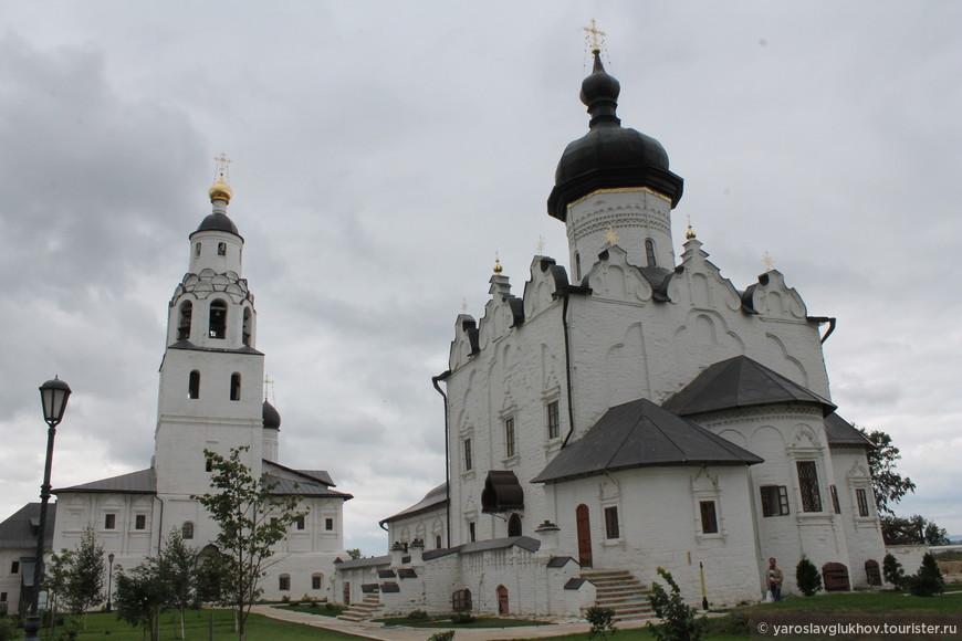 Никольская церковь и Успенский собор.
