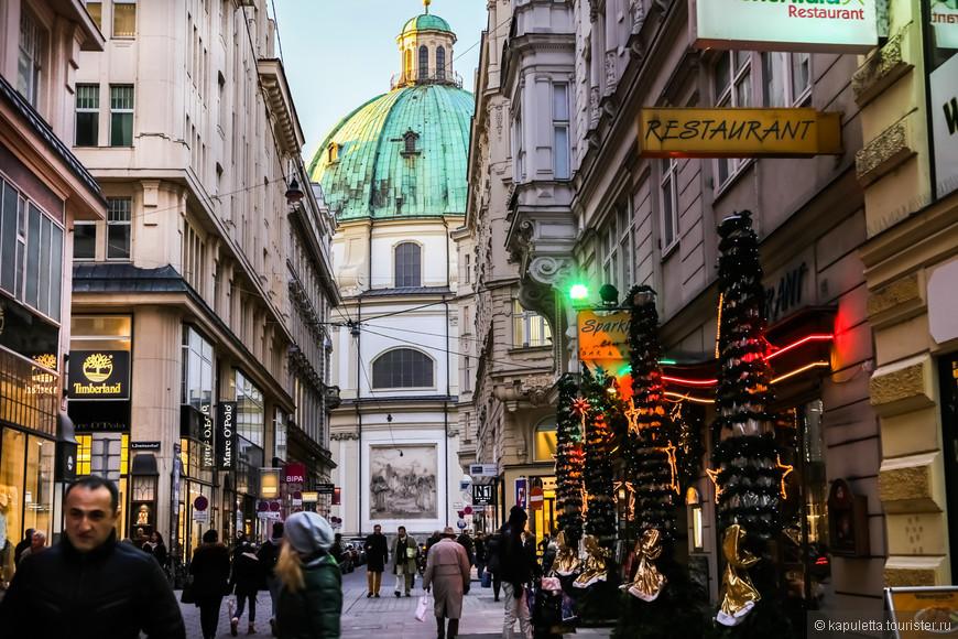 Находится Церковь святого Петра  в самом центре города, на крошечной Петерсплац, и фасадом выходит на туристическую пешеходную улицу Грабен.  Церковь стояла на этом месте с шестого века, но то здание Петерскирхе, которое видим мы, возведено в 1733 году Иоганном Лукасом фон Гильдебрандтом.