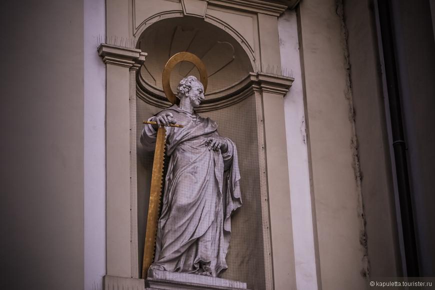 К концу 12-го столетия, церковь стала частью шотландского аббатства. В 1661 году церковь сгорела, однако был произведён только временный ремонт. Решение о строительстве новой церкви было принято в 1676 году с приходом Братства Святой Троицы, членом которого император Леопольд I. В  1701 году по инициативе императора Леопольда I началось строительство нового здания церкви.