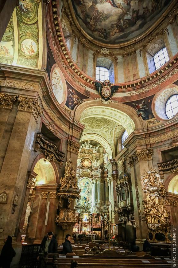 Церковь посвящена Пресвятой Троице. Наряду с поклонением Святой Троице в храме всё напоминает и о почитании Пречистой Девы Марии. Прекрасные изображения Марии на алтаре, на фресках под куполом, на боковых алтарях.