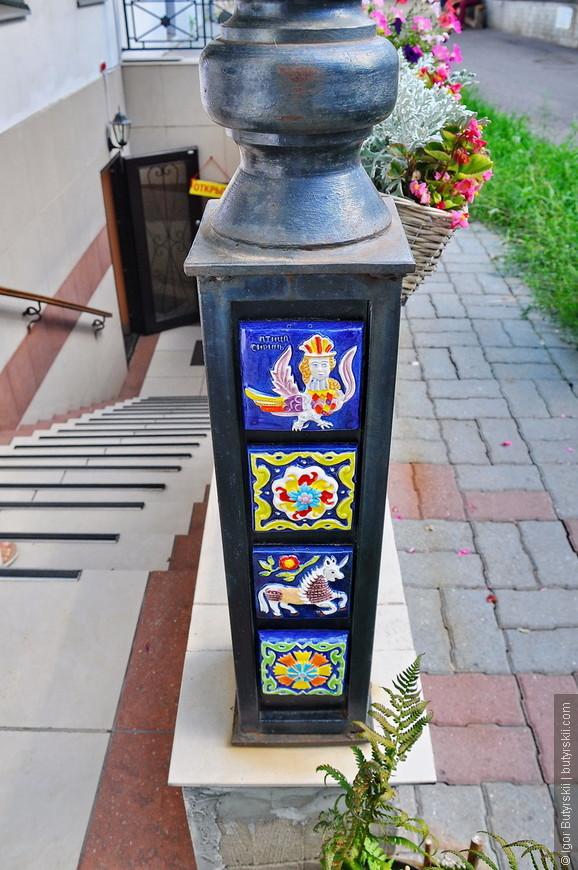 05. В городе тоже встречаются интересные детали. Вот такие ручные плиточки в Ярославле продают во всех сувенирных лавках.