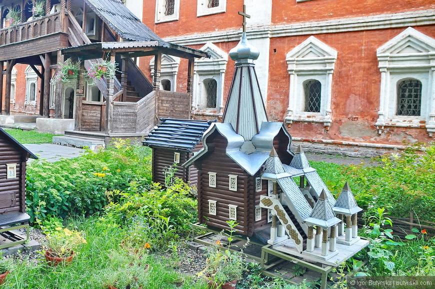 28. Есть даже миниатюры, к сожалению, не знаю что изображено, наверно какая-нибудь снесенная церковь.
