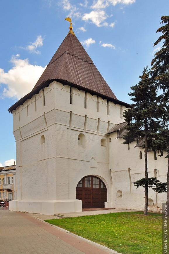 34. Угличская башня (1630-е годы постройки).