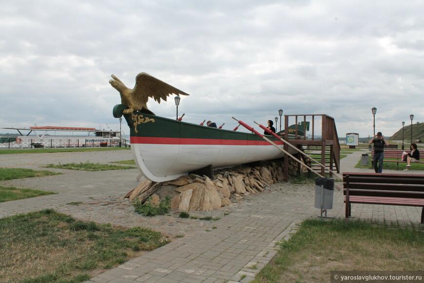 Лодка на набережной реки Свияги.