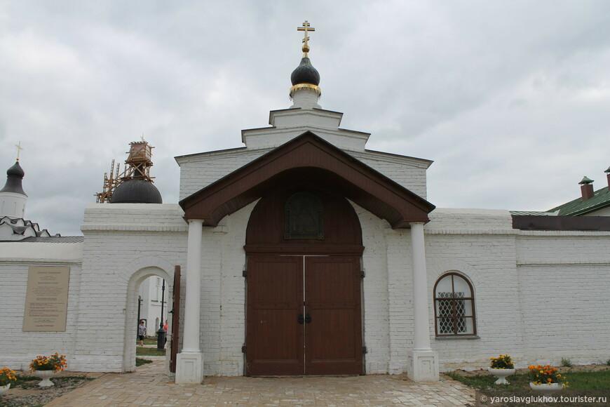 Вход в Иоанно-Предтеченский монастырь.