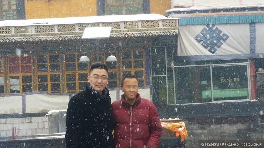 Наш  драгоценный Лама Тхомей в своем храме. Лама и Ванман.