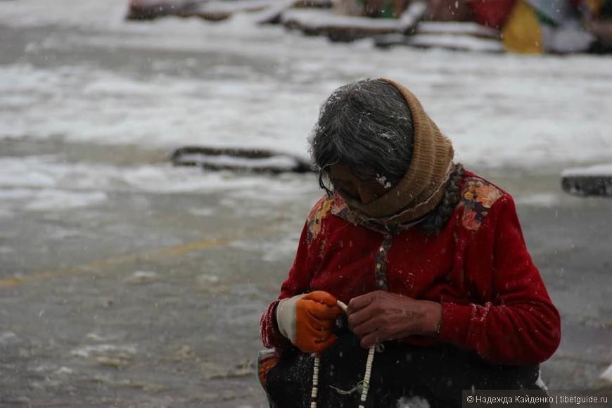 в любую погоду паломники совершают кору вокруг Джоканга и Поталы в Лхасе