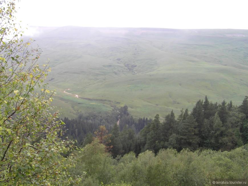 Остановка на смотровой незадолго до плато. Ещё зябко, пасмурно, но тучи рассеиваются и уже видны пейзажи! Хотя и смутно!