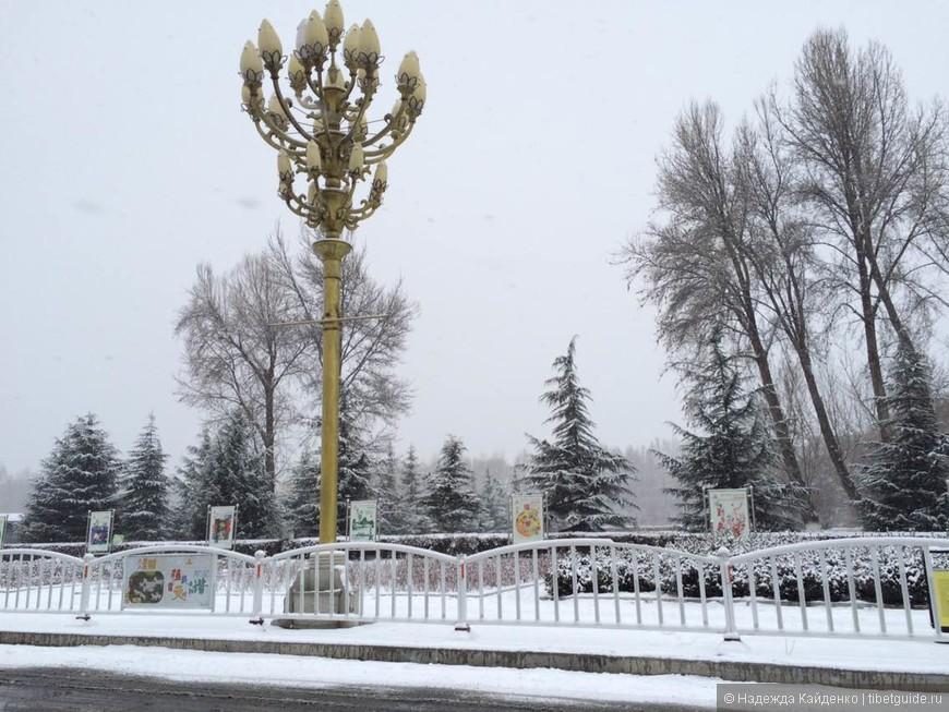 улицы покрыты снежной шапкой