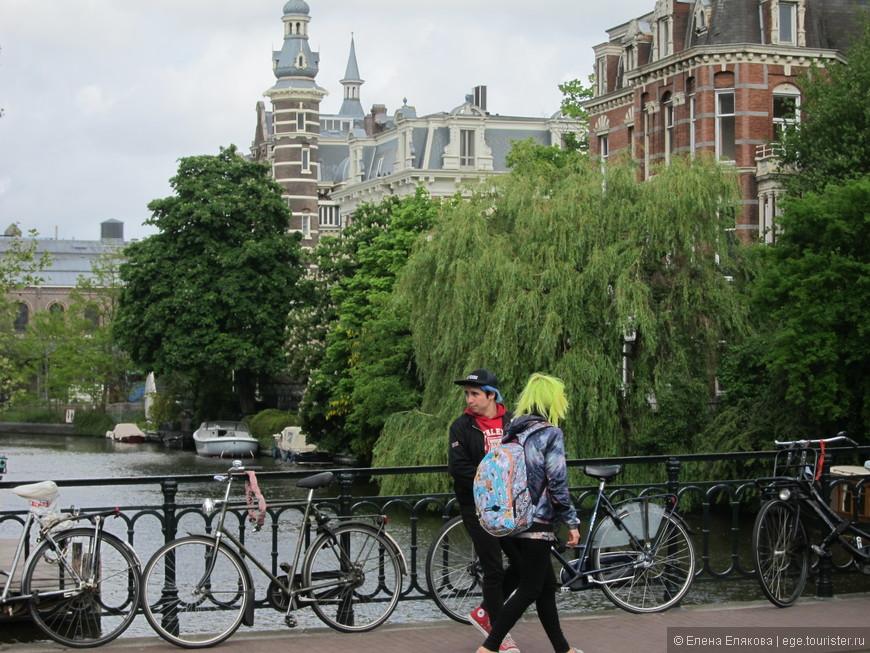 Каналы Амстердама и девушка с зелеными волосами