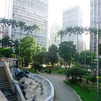 Перед боковым фасадом разбит небольшой и достаточно красивый парк