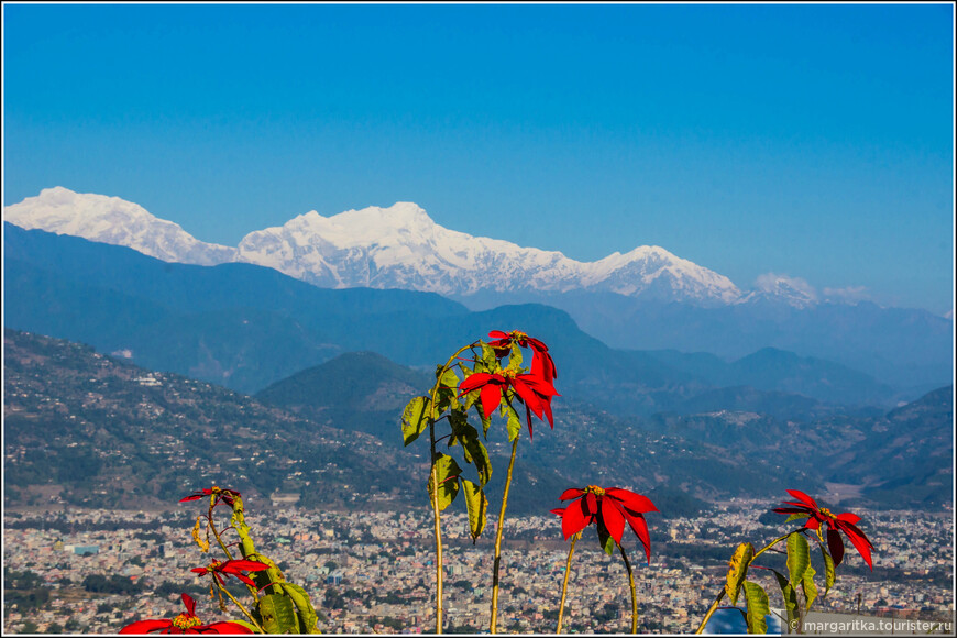 вид на Покхару южную часть региона  Анапуны слева направо: Peak29 (Dakura) - 7.835 m Himalchuli - 7.893 m Boudha Himal - 6.672 m