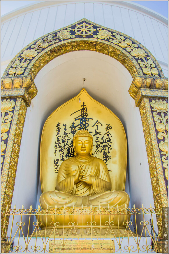 """Второй уровень отображает четыре статуи Будды, которые были  переданы в дар  из разных стран.  Эта «Дхармачакра Мудра""""  -  дар буддистов Японии."""