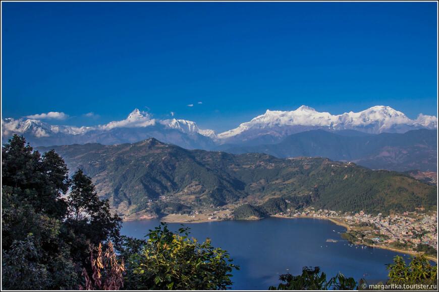 вид от Ступы Мира НА набережную Покхары и гряду Гималаев под названием регион Анапурны - северную и центральную части