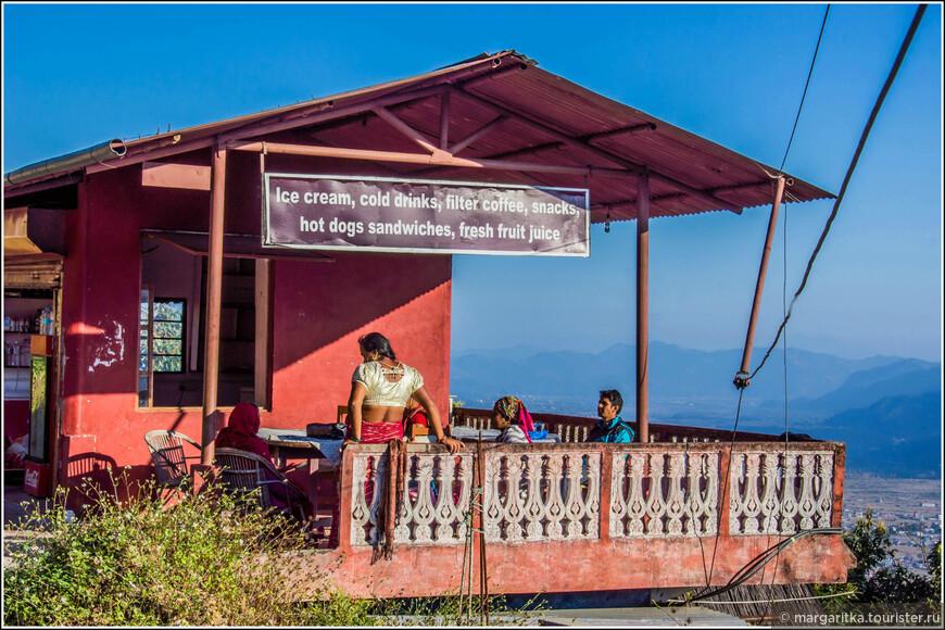 небольшое кафе от коорого выходим практически на финишную прямую к воротам на территорию Ступы Мира