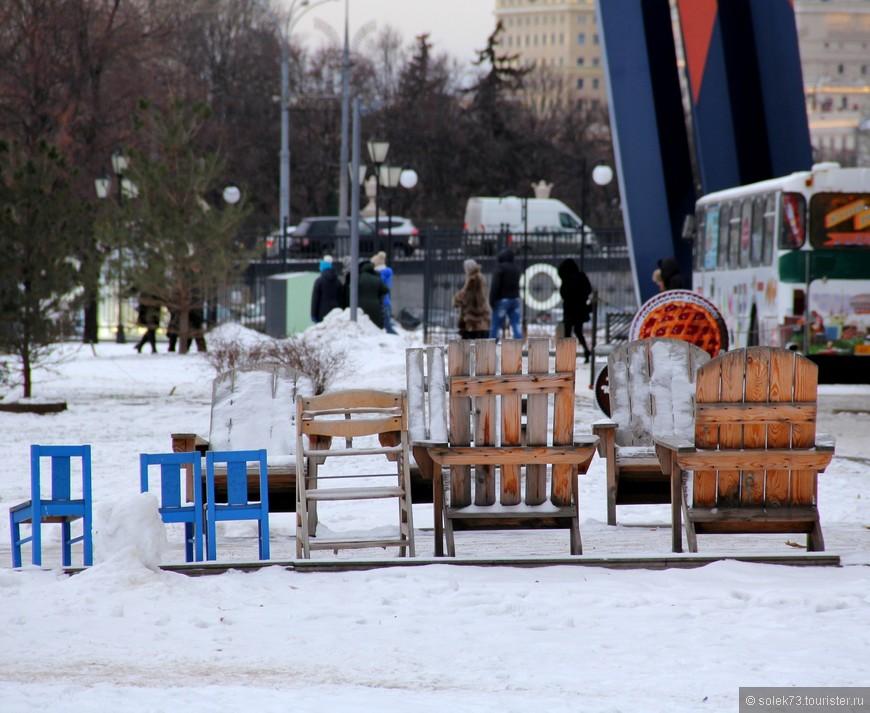 Стулья бросила хозяйка...... под снежком остались.... стулья))