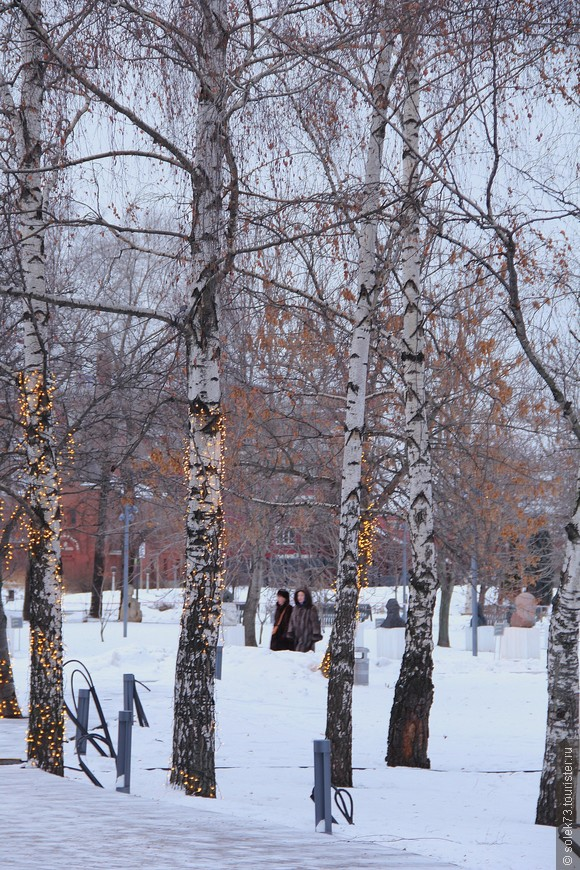 Символ России -берёзки тоже принарядились... праздники!!