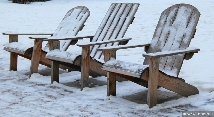 Шезлонги спросом не пользуются, не сезон видимо)) Отдыхают сами по себе...