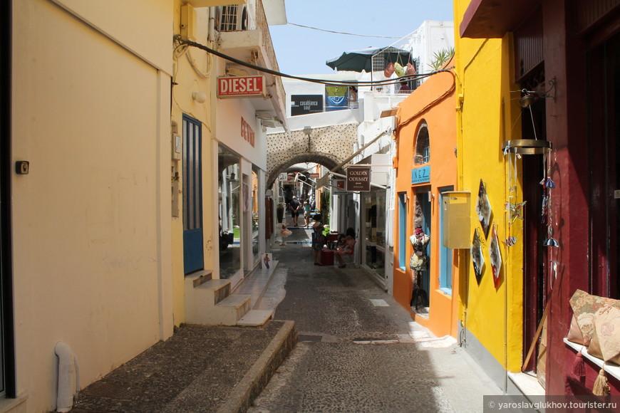 Разноцветная улочка Фиры.