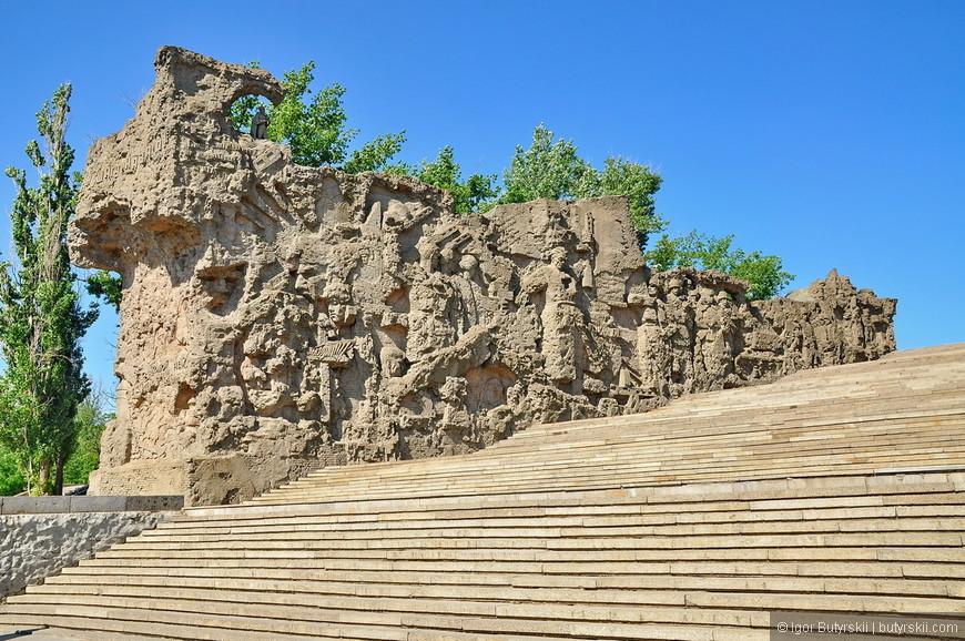 03. От подножия кургана до его вершины насчитывается 200 — по числу дней Сталинградской битвы — гранитных ступеней высотой 15 см, шириной 35 м.