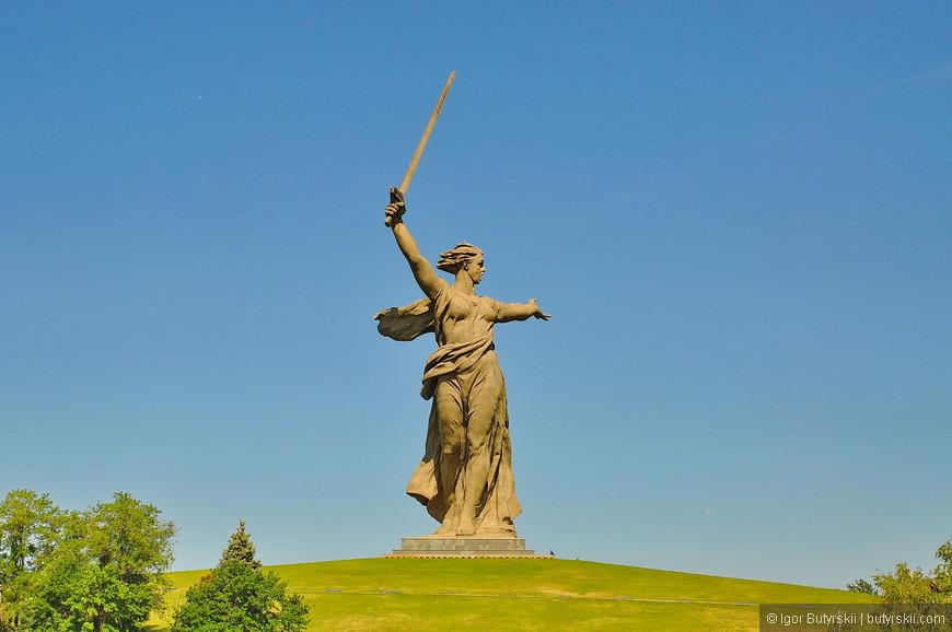 """09. Скульптура """"Родина-мать"""" занесена в книгу рекордов Гиннеса как самая большая на тот момент скульптура-статуя в мире. Её высота — 52 метра, длина руки — 20 и меча — 33 метра. Общая высота скульптуры — 85 метров. Вес скульптуры — 8 тысяч тонн, а меча — 14 тонн (для сравнения: Статуя Свободы в Нью-Йорке в высоту 46 метров; Статуя Христа-Искупителя в Рио-де-Жанейро 38 метров). На данный момент статуя занимает 11 место в списке самых высоких статуй мира."""